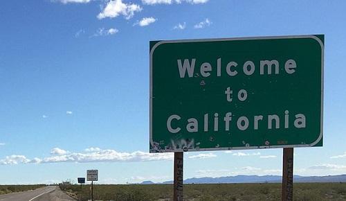 CaliforniaWelcomeSignImageFamartinViaWikimediaCommons