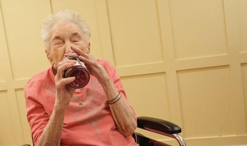 ElderlyWomanTakingMMJImageYanaPaskovaNewYorkTimes
