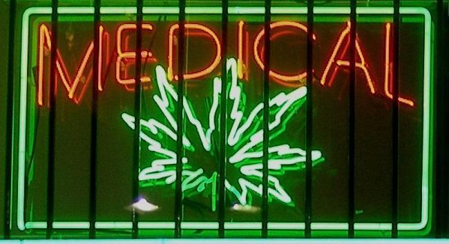 Medical marijuana neon sign at a dispensary on Ventura Boulevard in the San Fernando Valley, Los Angeles, California. Image: Laurie Avocado via Wikimedia Commons