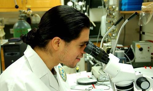 ResearcherMicroscopeImageTulanePublicRelationsViaWikimediaCommons