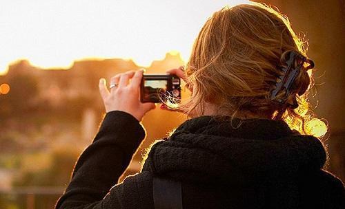 TouristTakingPicturesImageMoyanBrennViaWikimediaCommons